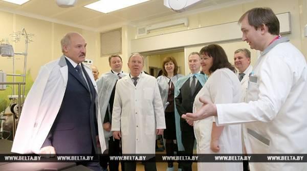 30 декабря Александр Лукашенко во время посещения родильного дома 5-й городской клинической больницы Минска.