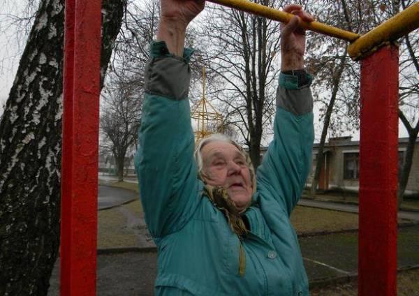 Девяностодвухлетняя бабушка из Барановичей каждый день подтягивается на турнике