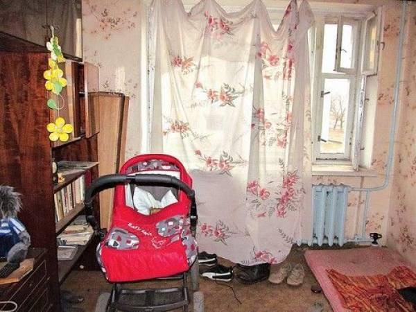 В Гомельскую областную детскую больницу доставили ребенка, которого мать выкинула в подъезде. Та же мать, которая на полгода оставила на полгода в пустой квартире 3-месячную девочку