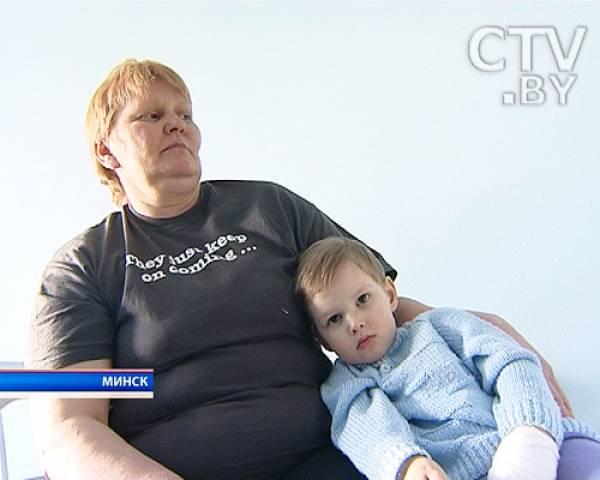 В 2011 году врачи центра провели еще одну уникальную операцию: маленький мальчик (на фото) из Столинского района проглотил батарейку, которая вызвала ожог пищевода. Врачи заменили поврежденный участок частью тонкой кишки.