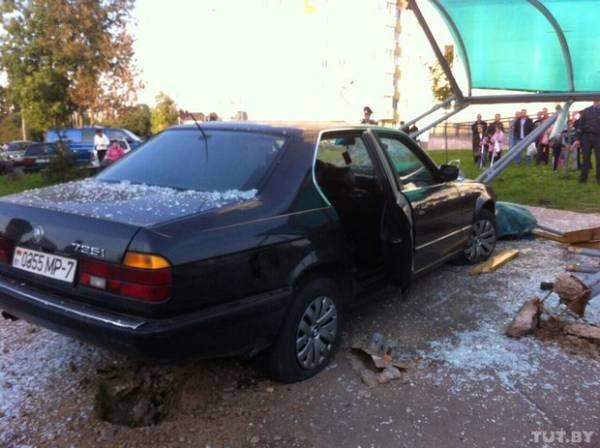 22-летний пьяный водитель BMW врезался в остановку в Минске: женщина погибла сразу, мужчина - в Больнице скорой помощи