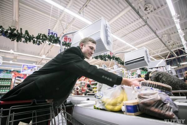 Cегодня молодой человек оставил в магазине около 200 тысяч, однако на этот раз все траты - строго по списку.