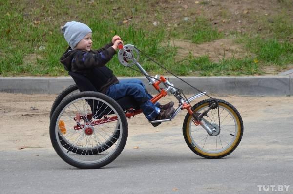 Когда Максим сидит в детской коляске, то, кажется, ничем не отличается от любого другого ребенка.