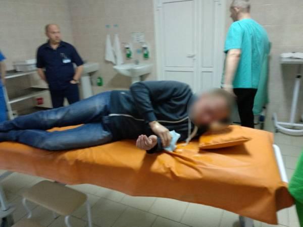 Санитар скорой в Гомеле проглотил пакет с наркотиком (видео извлечения)