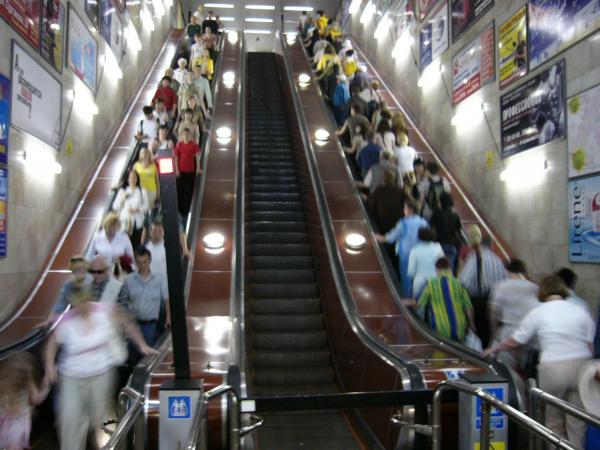 На станции метро «Октябрьская» умер человек