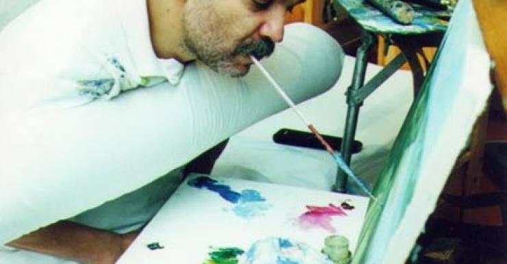После перелома позвоночника минский художник Иванов Александр Викторович стал писать картины ... ртом, так как руки отказали