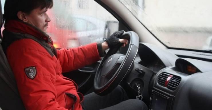 Александр Зимин из Гродно, несмотря на инвалидность, старается жить активно: пишет музыку, катается на горном велосипеде, помогает беженцам из Украины. Три года у него были водительские права и, несмотря на ДЦП, никаких проблем на дороге не возникало. В прошлом году он решил получить медсправку с правом найма на работу, но в итоге совсем лишился права водить машину.