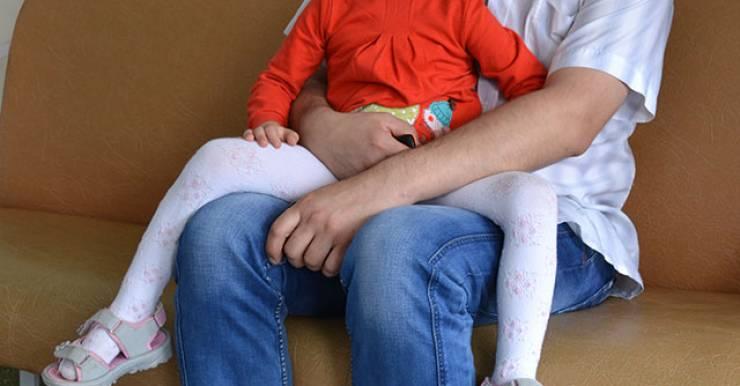 В клинику девочку привезли после того, как ее за лицо укусил домашний джек-рассел-терьер.