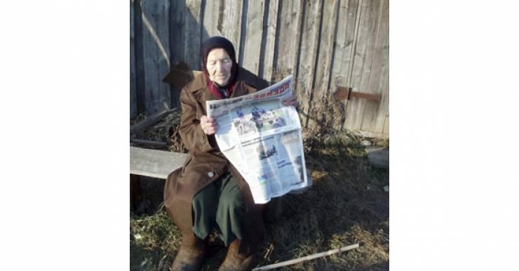 96-летняя бабушка Мария, единственная жительница деревни Бондарево Шумилинского района, держит корову, делает из молока сметану, сыр ...