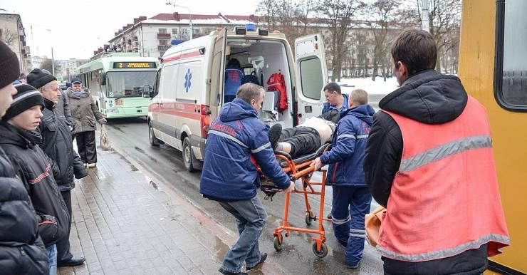 «Да он уже умер, сказали контролеры». В Бобруйске бригада реаниматологов спасла пассажира прямо в троллейбусе от клинической смерти из-за инфаркта