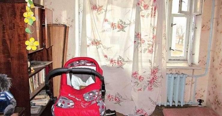 В комнате стояла детская крытая коляска, в которой находился разложившийся труп ребенка