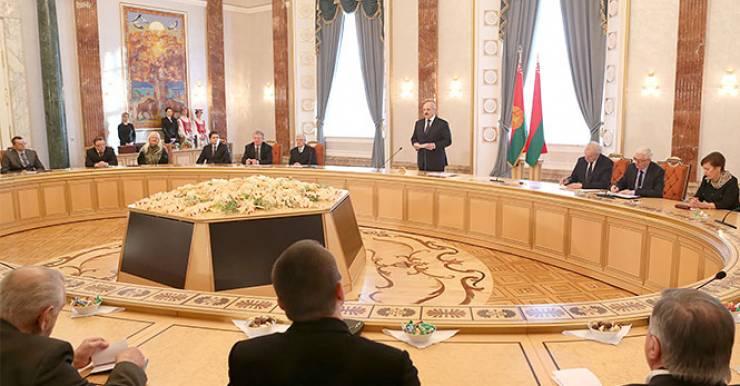 24 января Президент Республики Беларусь Александр Лукашенко вручил дипломы доктора наук и аттестаты профессора научным и научно-педагогическим работникам.