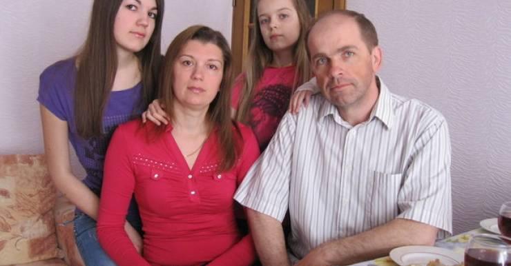 «В Беларуси мне сказали напрямую, что могут предложить только химию, и сразу предупредили, что шансов никаких <…>. Лечение, которое нам предлагают, неэффективно. Рак — это индивидуально. У каждого своя ситуация, а у нас что есть, тем и лечат».