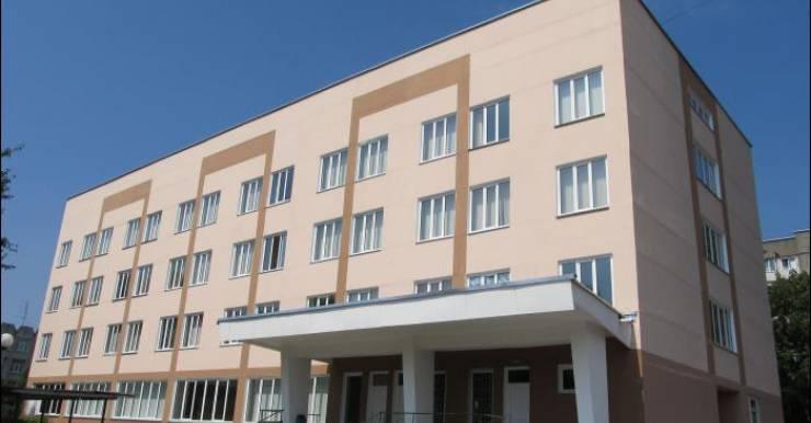 160 работников поликлиники и около 500 родителей маленьких пациентов просят Минздрав вернуть заведующую филиалом № 4 городской детской поликлиники Гомеля, уволенную после обнаружения мумифицированного трупа трехмесячной девочки