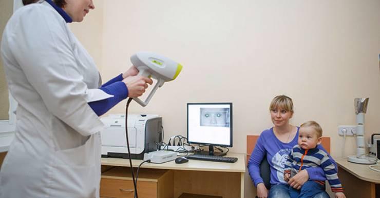 Зрение у маленьких пациентов проверяют на дистанционном рефрактометре.