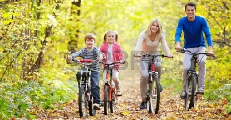 Для профилактики появления избыточной массы и ожирения кроме питания большое значение имеет физическая активность не только в виде уроков физической культуры в учебное время. Наиболее предпочтительны плавание, велоспорт, лыжи, танцы, заниматься которыми лучше всей семьей.